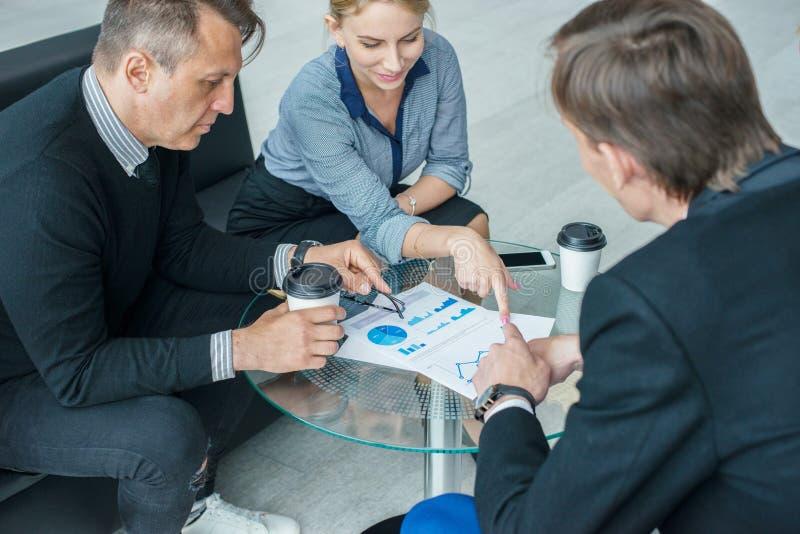 Бизнесмены говоря в кафе стоковое изображение rf