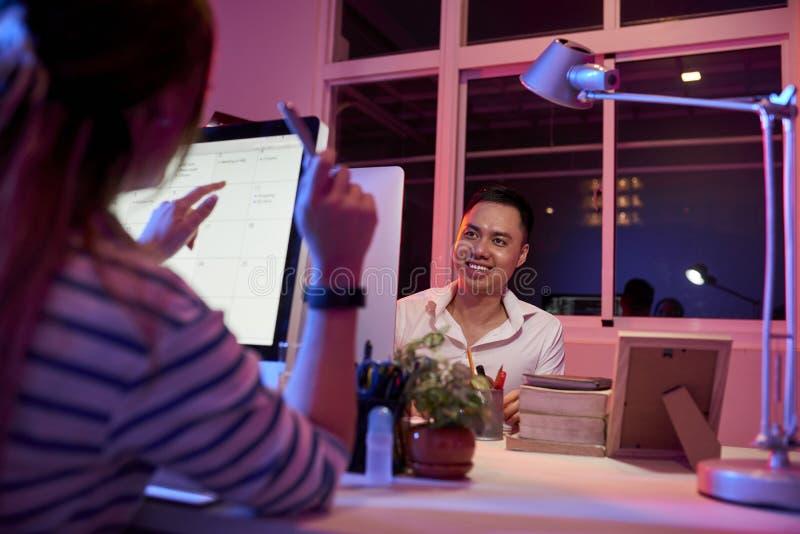Бизнесмены говоря друг к другу во время работы стоковые фото