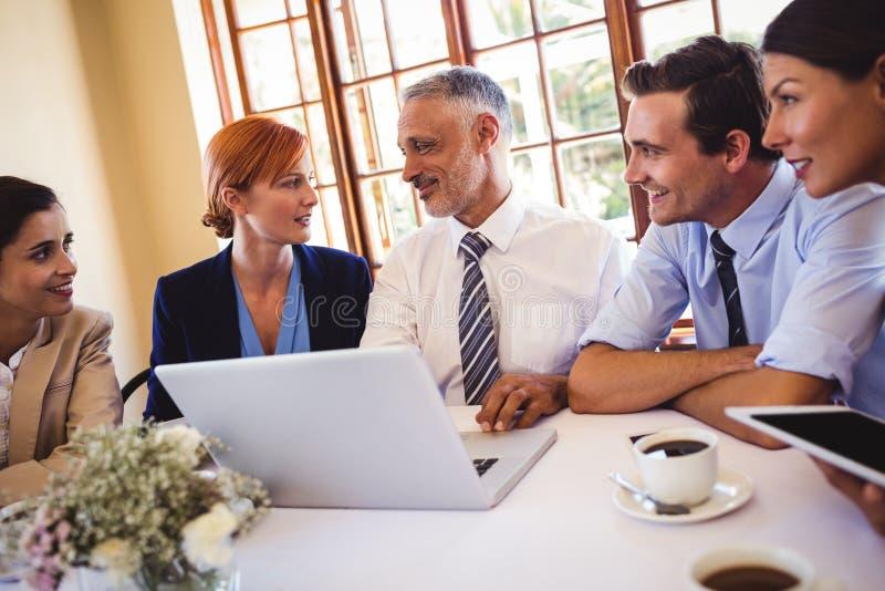 Бизнесмены говоря друг с другом на таблице стоковые изображения rf