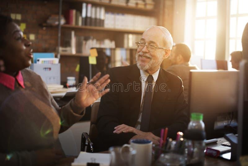 Бизнесмены говоря концепцию работы планирования стоковое изображение rf