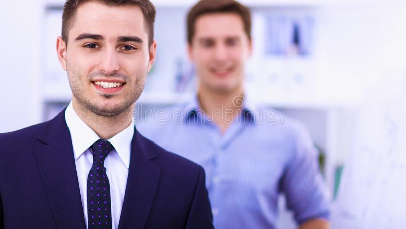 Бизнесмены говоря на встрече на офисе стоковая фотография
