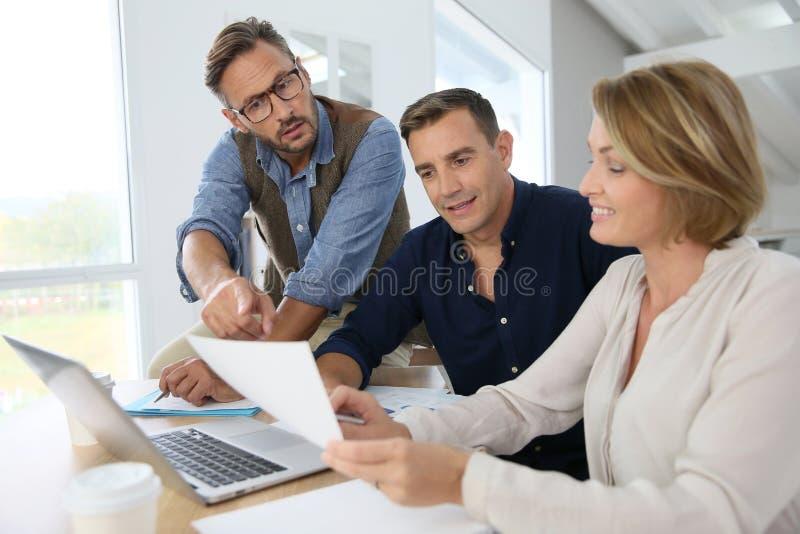 Бизнесмены говоря стратегию финансов стоковая фотография