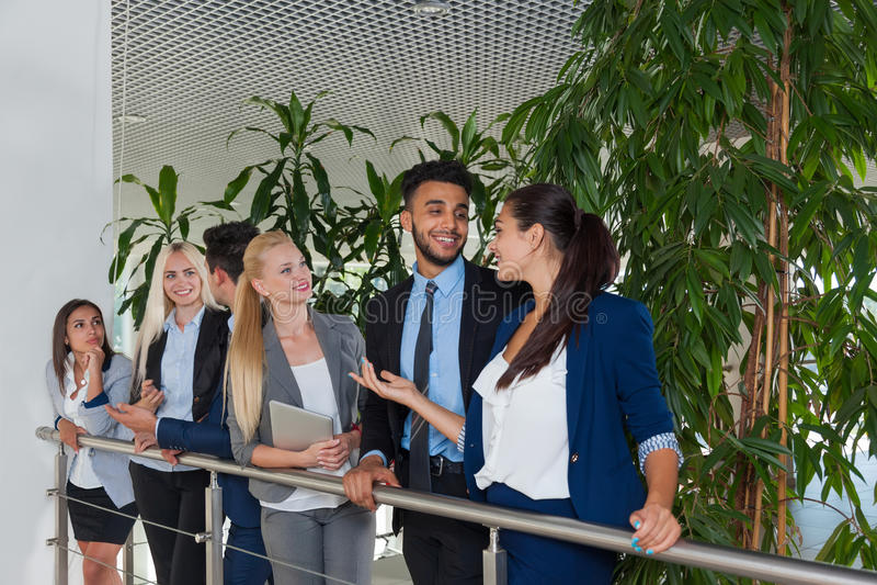 Бизнесмены групповой встречи обсуждая прогулку связывая, говорящ стоковое фото rf