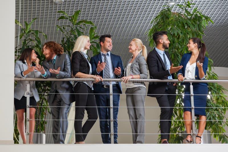Бизнесмены групповой встречи обсуждая план проекта связывая, говорящ стоковое изображение