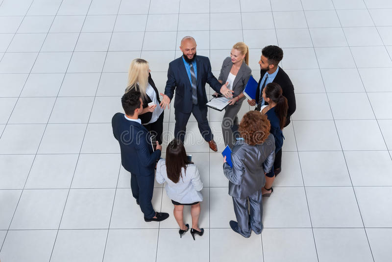 Бизнесмены групповой встречи обсуждая план связывая, говоря взгляд проекта документа верхнего угла стоковое фото