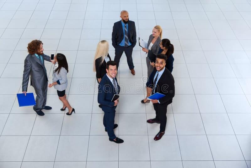 Бизнесмены групповой встречи обсуждая план связывая, говоря взгляд проекта документа верхнего угла стоковая фотография rf