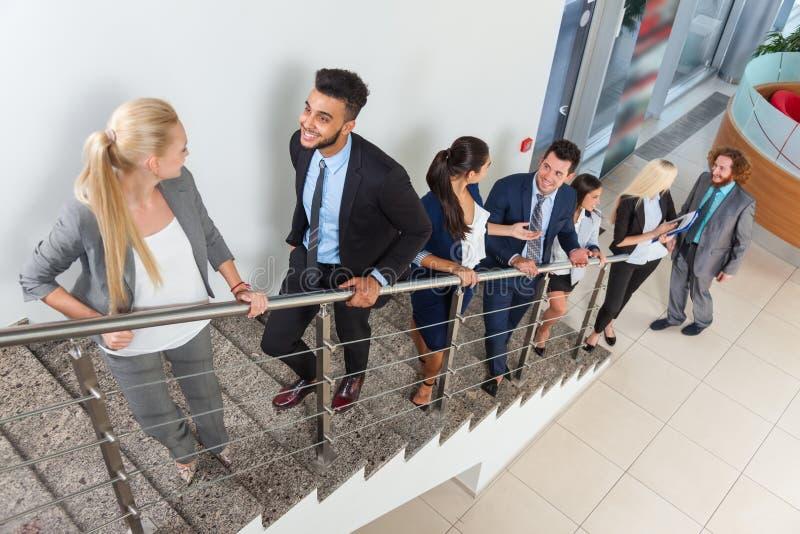 Бизнесмены групповой встречи обсуждая план связывая, говоря лестницы проекта прогулки вверх стоковые фото