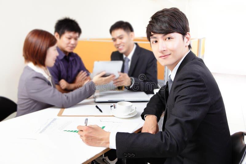 Бизнесмены групповой встречи с сенсорной панелью стоковое фото rf