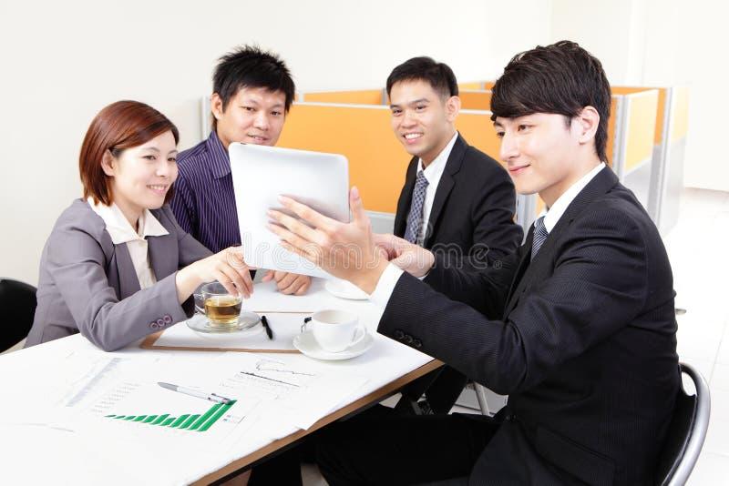 Бизнесмены групповой встречи с сенсорной панелью стоковые фотографии rf