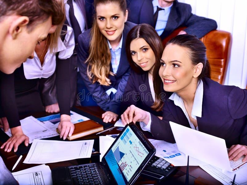 Бизнесмены группы в офисе. стоковое изображение