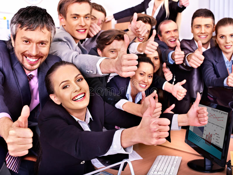 Бизнесмены группы в офисе. стоковые фото