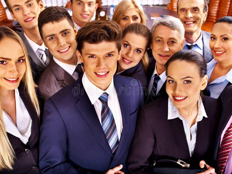 Бизнесмены группы в офисе. стоковое изображение rf