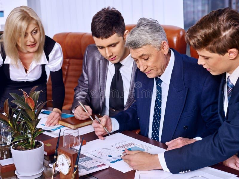 Бизнесмены группы в офисе стоковая фотография rf