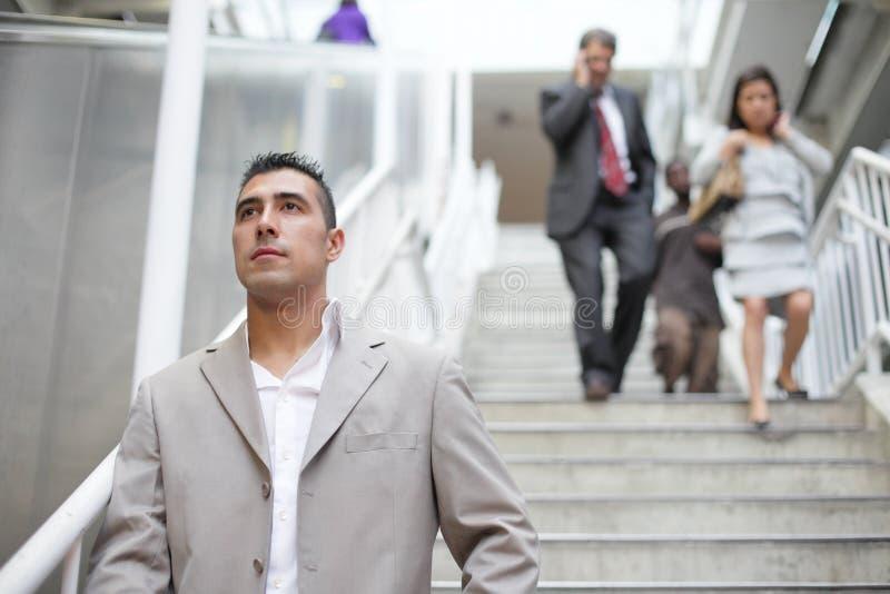Бизнесмены гуляя вниз с лестниц стоковая фотография rf
