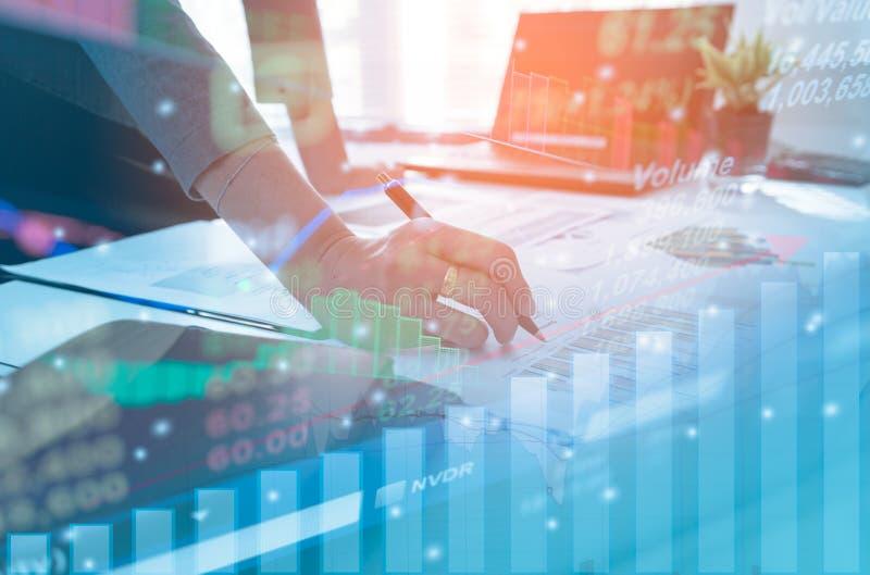 Бизнесмены двойной экспозиции работая на офисе Фондовые биржи финансовые или инвестиционная стратегия стоковые изображения
