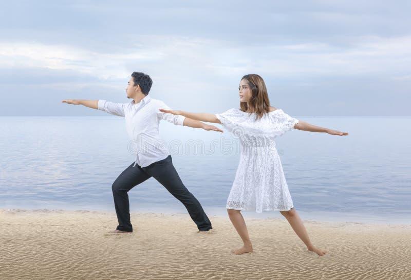 Бизнесмены делая релаксацию йоги стоковая фотография