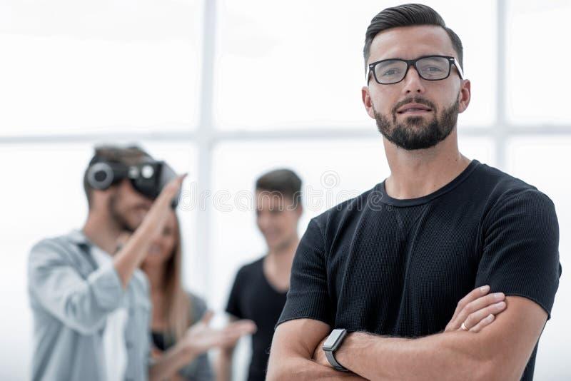 Бизнесмены делая учебное упражнени команды во время buildi команды стоковые изображения