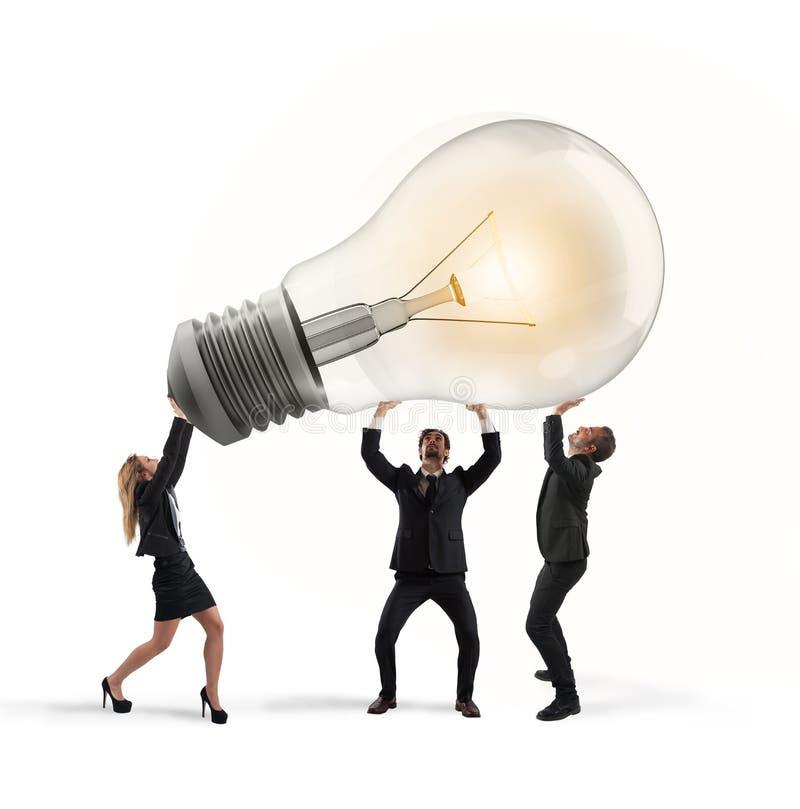 Бизнесмены держат электрическую лампочку концепция нового запуска идеи и компании стоковое фото rf