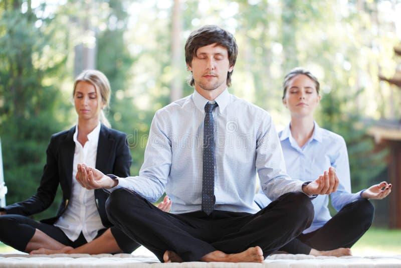 Бизнесмены делая йогу стоковое фото rf