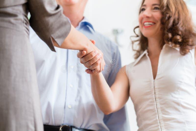 Бизнесмены делая рукопожатие после согласования стоковое изображение