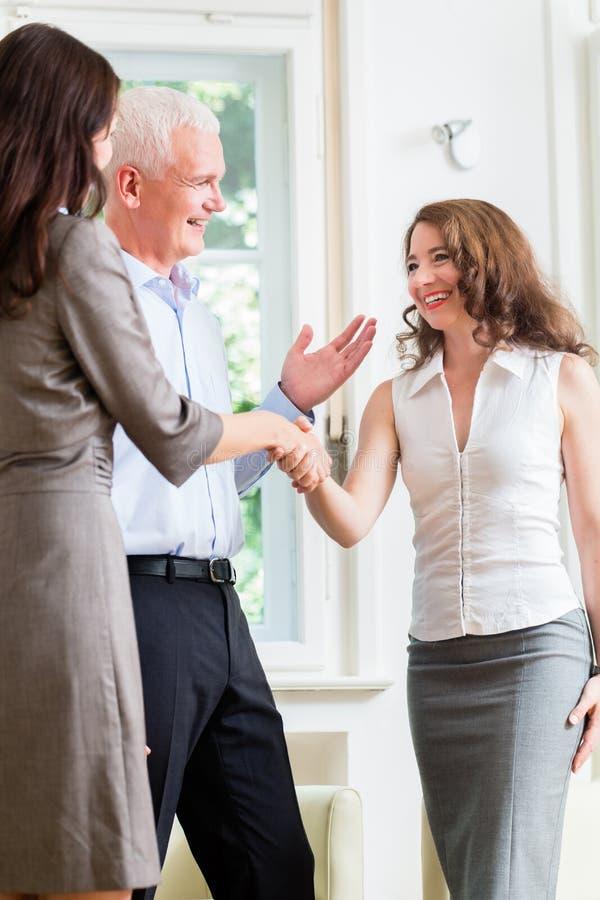 Бизнесмены делая рукопожатие после согласования стоковые фото