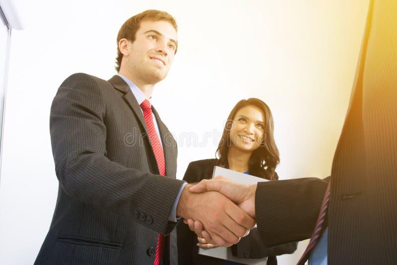 Бизнесмены делая рукопожатие стоковая фотография