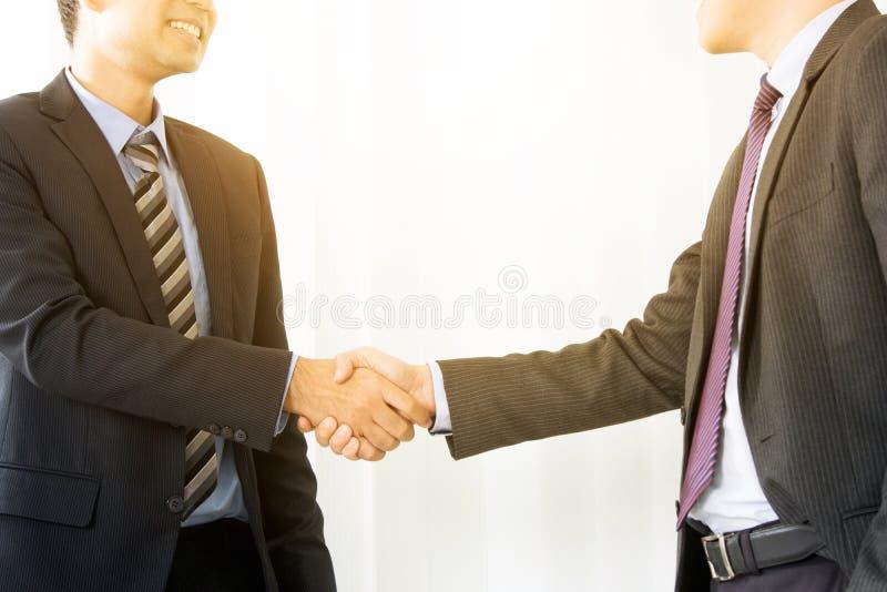 Бизнесмены делая рукопожатие стоковое изображение