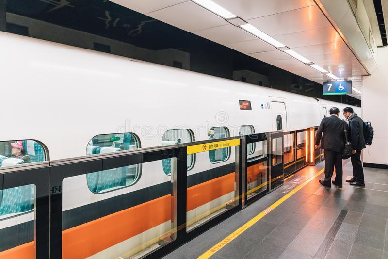 Бизнесмены ждать быстроходный поезд Тайваня на платформе в Тайване, Тайбэе стоковые изображения