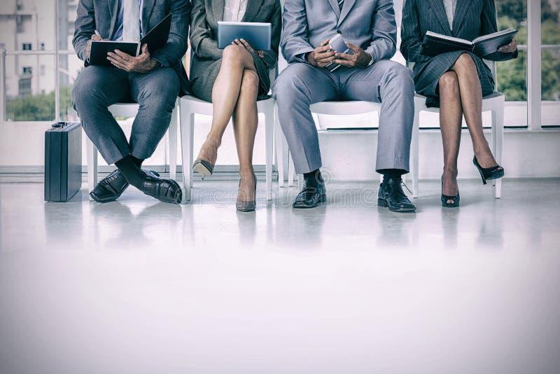 Бизнесмены ждать быть вызванным в интервью стоковое изображение