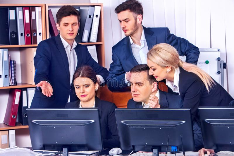 Бизнесмены жизни офиса людей команды работая с бумагами стоковые изображения rf