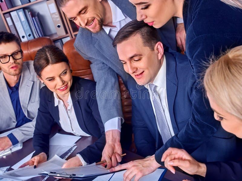 Бизнесмены жизни офиса людей команды счастливы с бумагой стоковое изображение