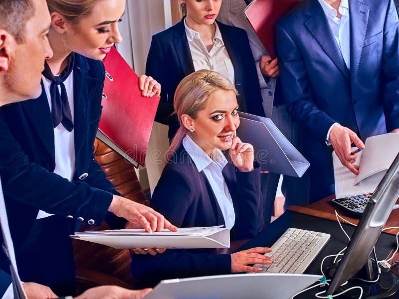Бизнесмены жизни офиса людей команды счастливы с бумагой стоковые фото