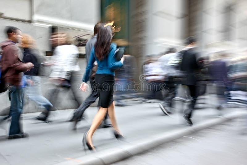Бизнесмены запачканные движением идя на улицу стоковая фотография