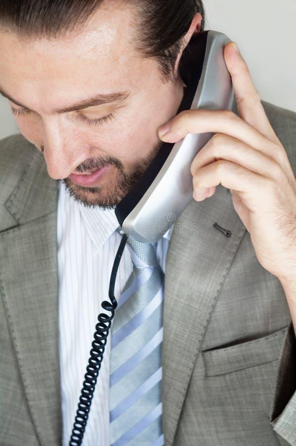 бизнесмены знонят по телефону говорить стоковое изображение