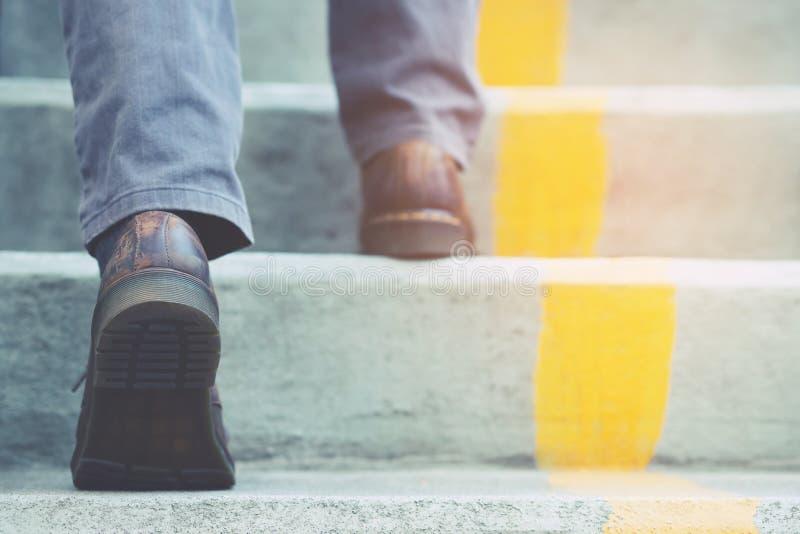 Бизнесмены идут вверх по лестницам стоковое изображение