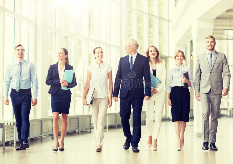 Бизнесмены идя вдоль офисного здания стоковое фото rf