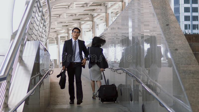 2 бизнесмены идя с торопливостью пересекли путь в часе пик стоковое фото rf
