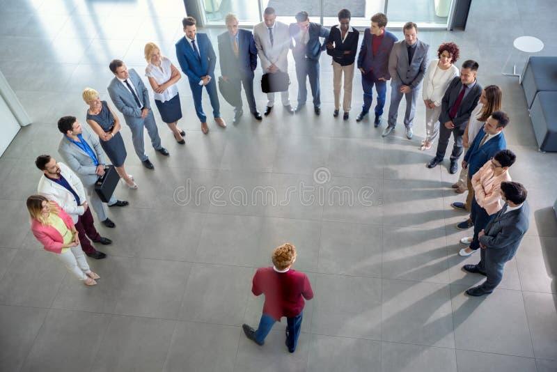 Бизнесмены имея встречу в компании стоковое изображение