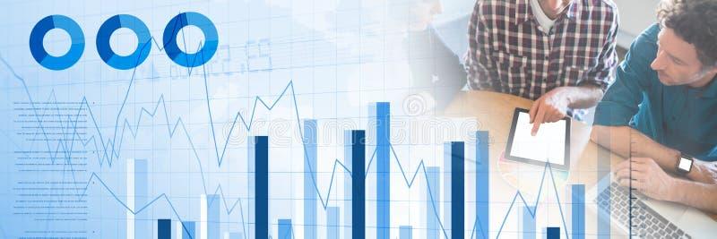 Бизнесмены имея встречу с диаграммами в виде вертикальных полос и переходной эффект статистик стоковая фотография rf