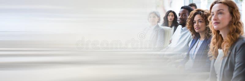 Бизнесмены имея встречу с переходной эффект стоковое фото rf