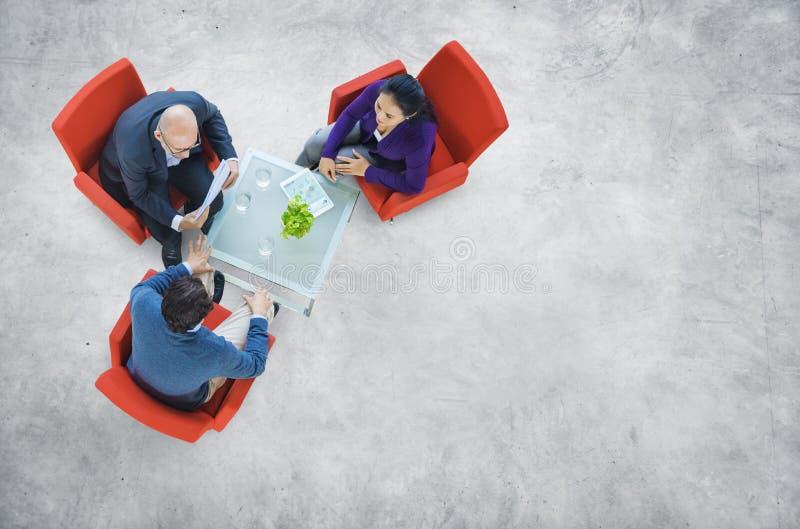 Бизнесмены имея обсуждение в здании стоковое фото rf