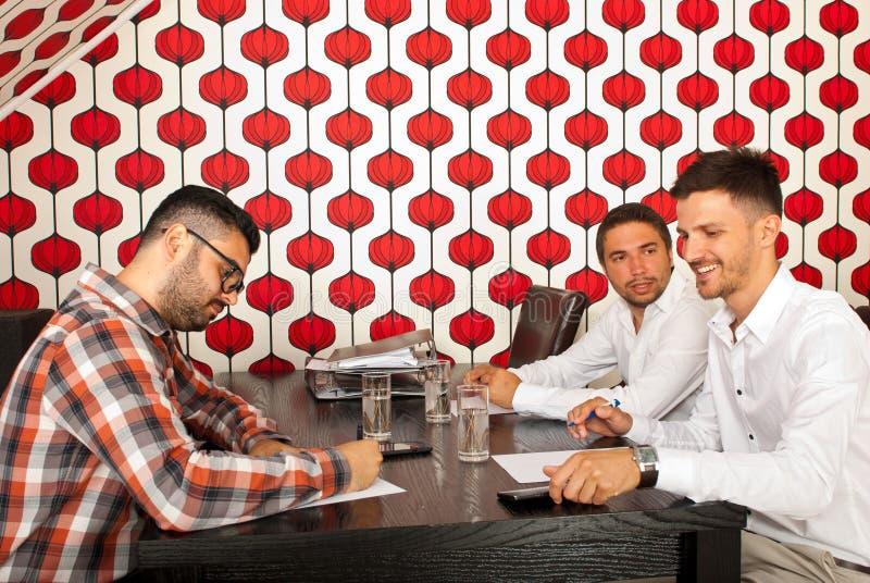 Бизнесмены имея переговор стоковое изображение