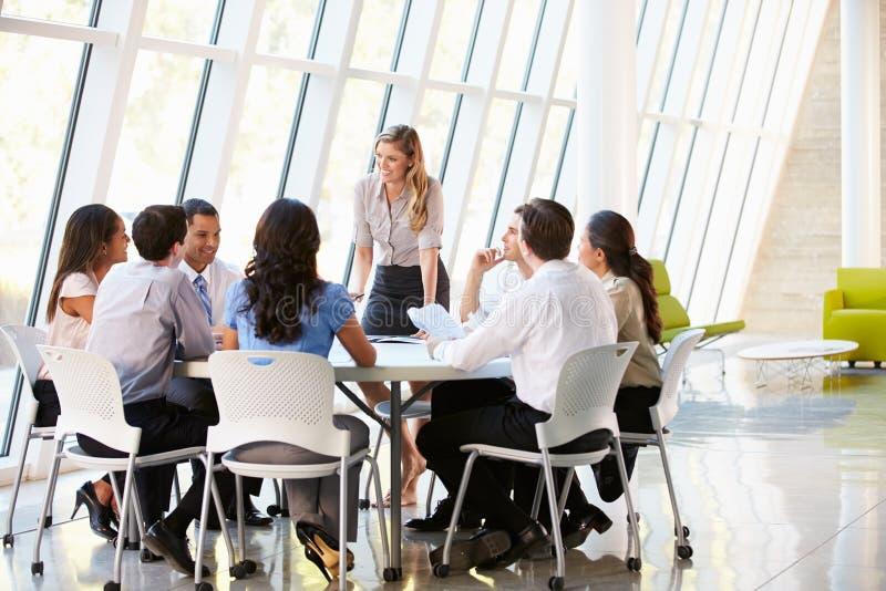 Бизнесмены имея собрание членов управления в самомоднейшем офисе