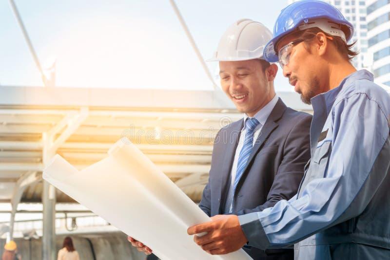 Бизнесмены, инженер и построитель работая совместно стоковые фото