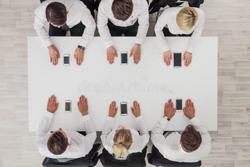 Бизнесмены используя смартфоны стоковая фотография rf