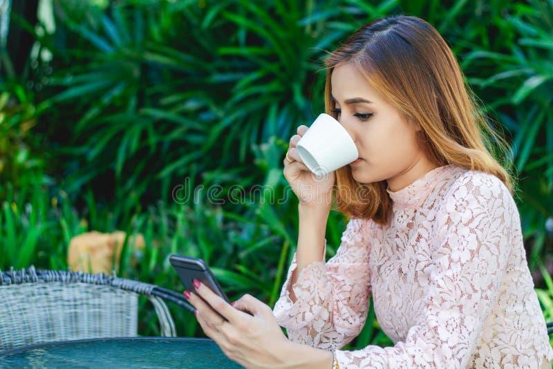 Бизнесмены и женщины используют чернь и телефон касания умный для сообщения и проверяют на бизнесменах в офисе стоковое фото rf