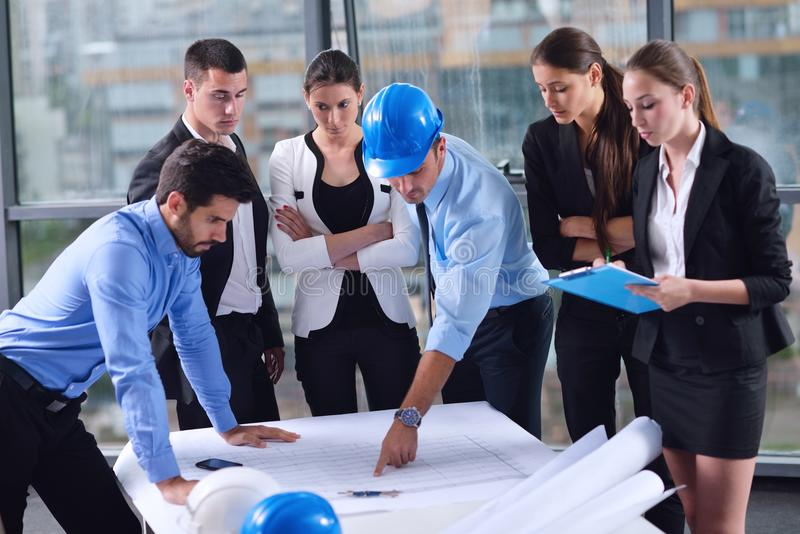 Бизнесмены и инженеры на встрече стоковая фотография rf