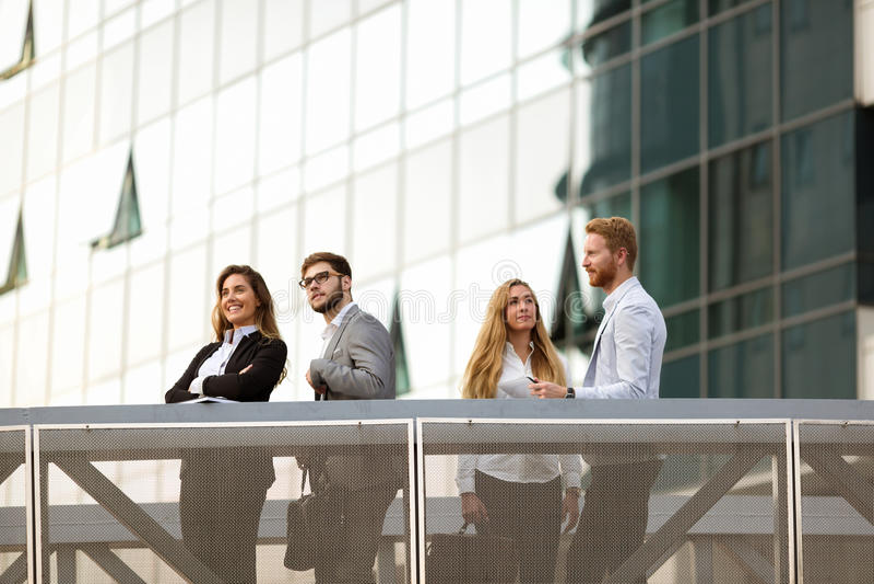 Бизнесмены и коллеги говоря outdoors стоковые изображения