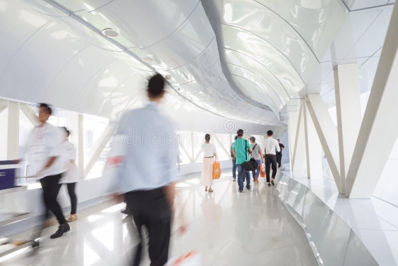 Бизнесмены идя в коридор офиса стоковое фото rf