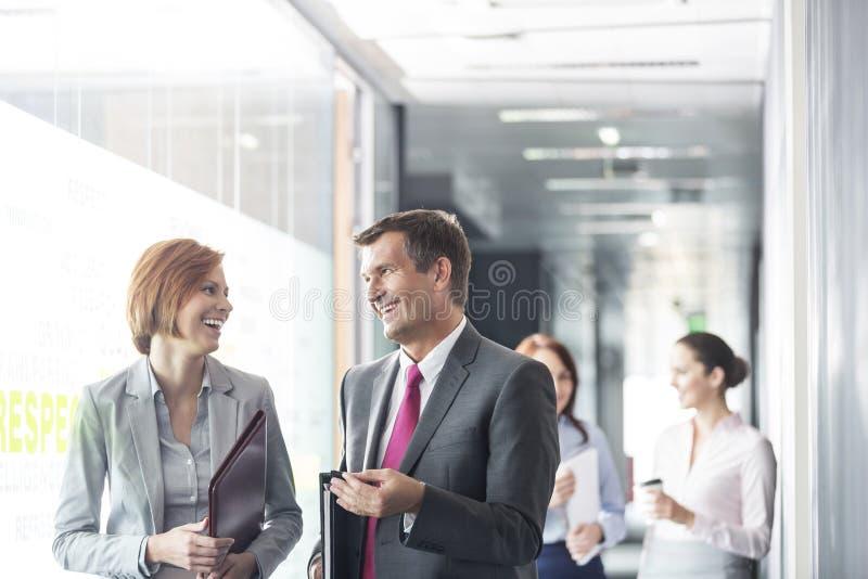 Бизнесмены идя в коридор стоковое фото rf